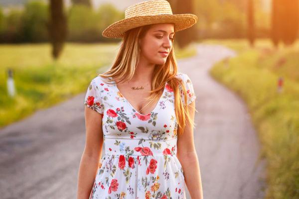 Fotografia ritrattistica ambientata di Ragazza con cappello su una strada di campagna