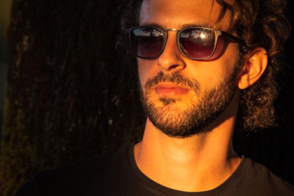 Foto di un ragazzo con gli occhiali da sole