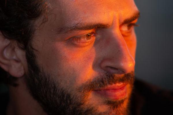 Ritratto del viso di un ragazzo illuminato da luce del tramonto