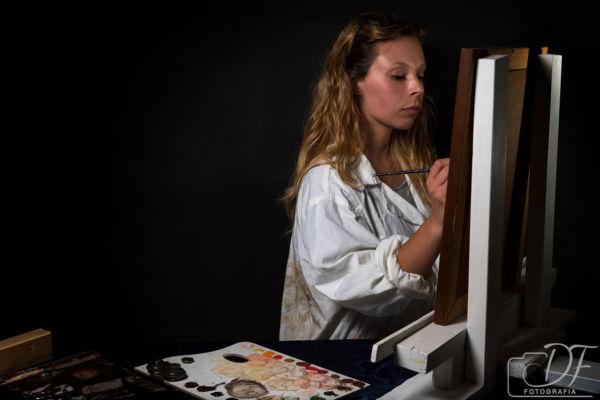 Foto portfolio di una restauratrice di quadri a lavoro